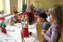 Základní škola ve Velkých Albrechticích hostila výstavu panenek v historických šatech. Většina z oděvů byla ručně háčkovaná.