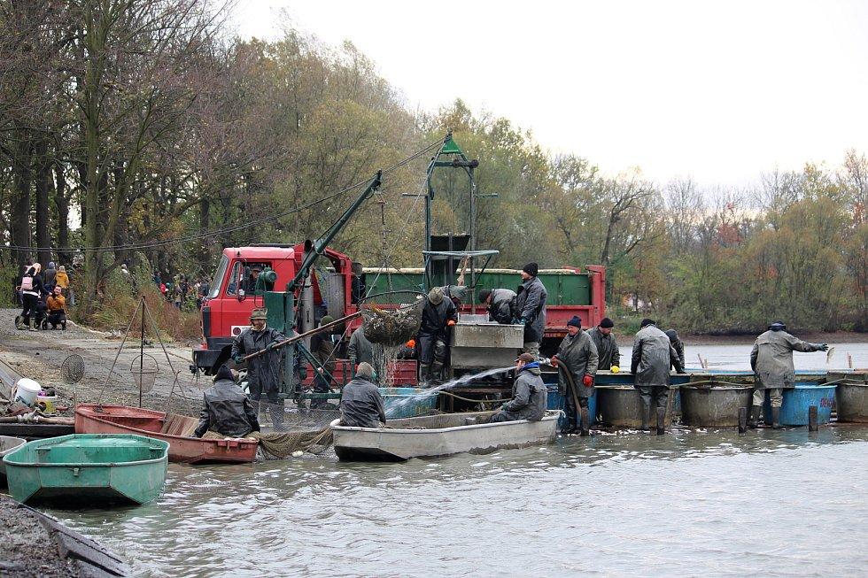 Tisíce lidí přilákaly do Bartošovic víkendové Podzimní pooderské rybářské slavnosti.