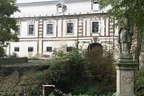 Jan Nepomucký stráží již zaniklý most u zámku.