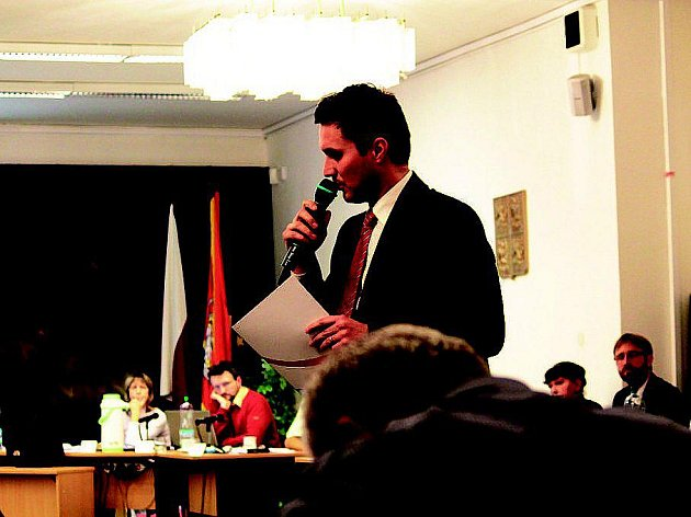 Právník bratrů Zahradníkových Tomáš Panáček vysvětloval zastupitelům úskalí případného soudního sporu.