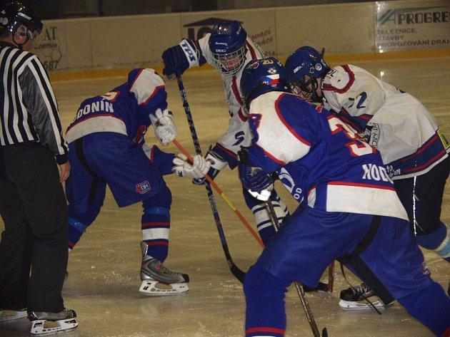 Hokejoví dorostenci Nového Jičína (v bílém) byli úspěšní.