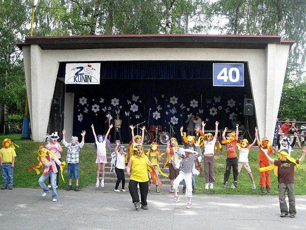 Vrcholem oslav narozenin kunínské školy byla venkovní akademie žáků.