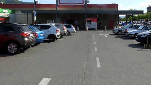 Ke střetu vozidel došlo vKopřivnici na tomto parkovišti před obchodním domem Kaufland ve Štefánikově ulici. Foto: Policie ČR