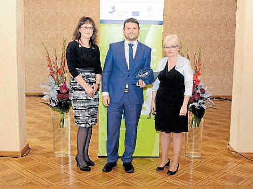 Ředitel frenštátského závodu Roman Volný s cenou. Po jeho pravici stojí Eva Gottwaldová, hlavní hygienička ČR.