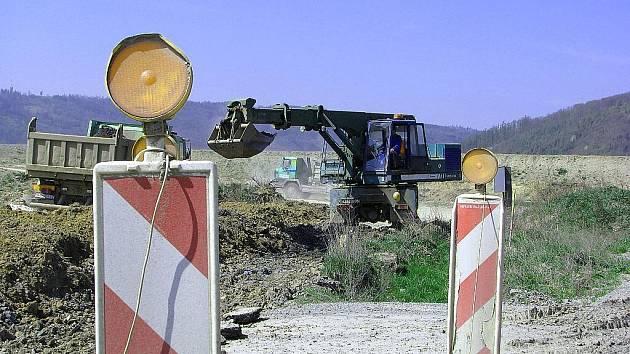 I přesto, že se neustále hovoří o nedostatku financí na stavby silnic, budování dálnice D47 na Novojičínsku je v plném proudu.
