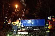 Vyprošťování nákladního auta ve Studénce.