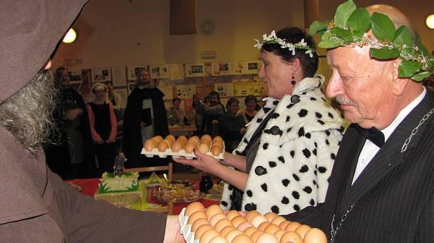 Valérie Zawadská, královna českého dabingu a Sněženkového království a Jiří Prager, rytíř Sněženkového království, se v sobotu 14. dubna 2012 slavnostně zasnoubili. Darem dostali zboží v naší zemi nejvzácnější – vejce.