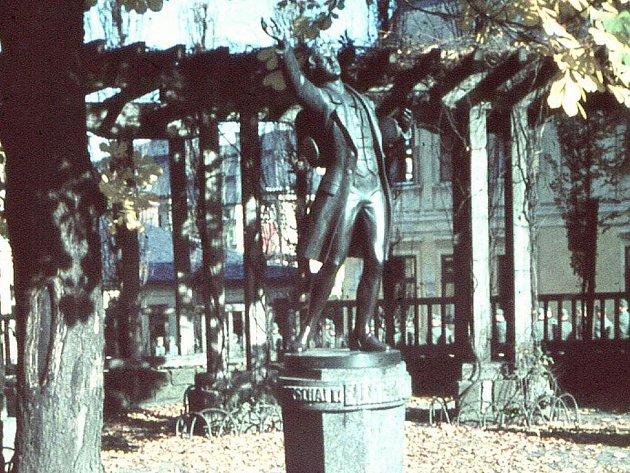 Pomník s postavou poutníka z nejznámějšího díla básnika Eichendorffa, nazvaného Der Taugenichts, stál ve Smetanových sadech.