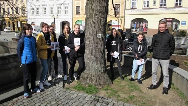 Devět útlých knížeček sepsali žáci deváté třídy frenštátské ZŠ Tyršova 913 o historii 20. století města.