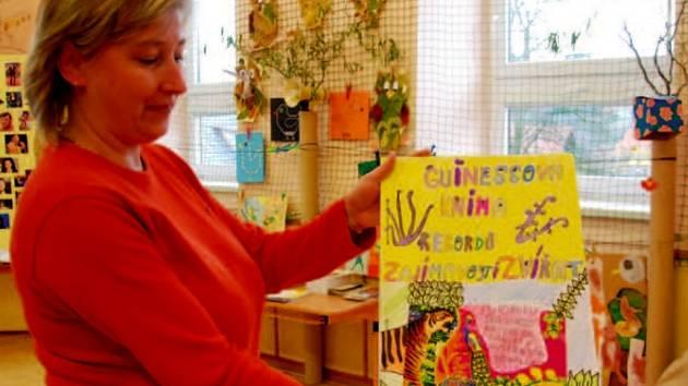 Hana Frydrychová ukazuje jednu z mnoha prací.