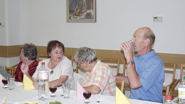 Důchodci z Ludwigsburgu hodují na návštěvě v Novém Jičíně před dvěma lety.