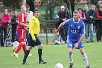 FOTBALISTÉ Starého Jičína (u míče záložník Petr) doma remizovali v derby s Jeseníkem nad Odrou.
