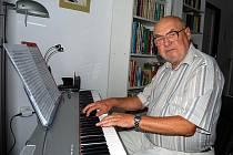 Václav Ptáček i v osmdesáti stále rád hraje na klavír a skládá písně.