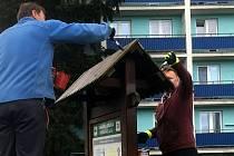 Zaměstnanci města a městského úřadu ve Frenštátě pod Radhoštěm se dobrovolně zúčastnili ve svém volnu brigády, při níž zušlechtili vzhled označníků Naučné stezky Frenštát pod Radhoštěm.