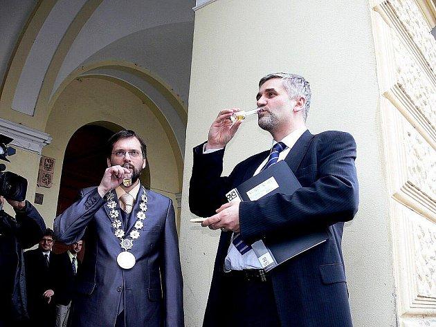 Ministr Jan Dusík přijel ve čtvrtek 18- února do Frenštátu pod Radhoštěm, aby tam vyslechl připomínky proti státní energetické koncepci a poklepal základní kámen zvoničky – strážkyně Beskyd.