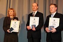 Kopřivnický starosta Josef Jalůvka (vpravo) společně se zástupci měst Konice a Bruntál při slavnostním předávání ocenění ministerstva vnitra.