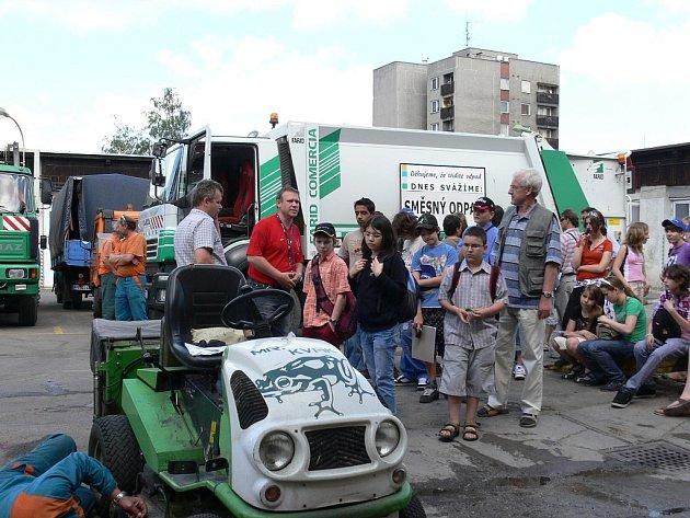 Někteří z žáků navštívili také kopřivnickou firmu Slumeko, kde jim pracovníci firmy předvedli techniku.