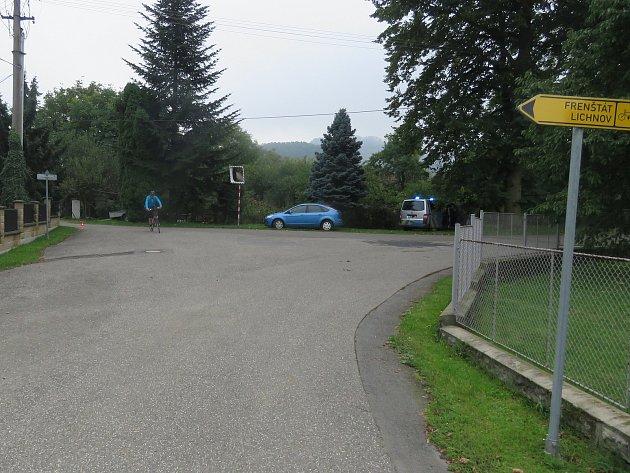 Na této křižovatce ve Vlčovicích došlo v závěru září ke karambolu cyklisty s osobním automobilem.