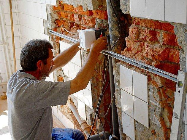 Řemeslníci se pustili do oprav a modernizací i na Základní škole Komenského 68.