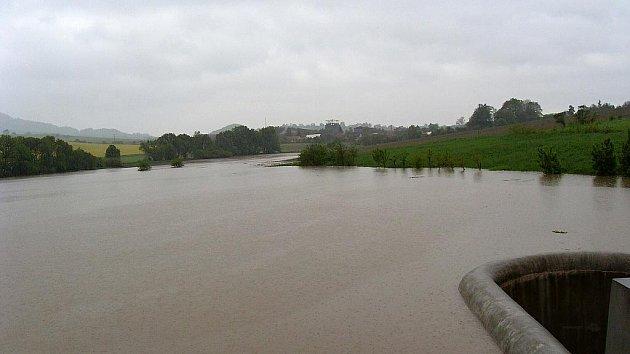 Vodní nádrž pod Starým Jičínem. Foto je pořízené v neděli 16. května v 18.40, kdy byla ještě asi 30 cm vůle.