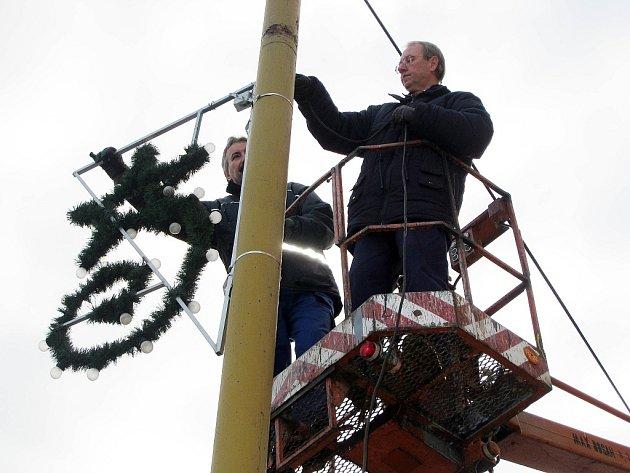Vánoční výzdoby v Novém Jičíně by letos měli instalovat koncem listopadu.