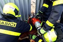 Kzáchraně srnky, která uvízla vmezeře plechového plotu, vyjížděli bílovečtí hasiči ve středu 10. července.