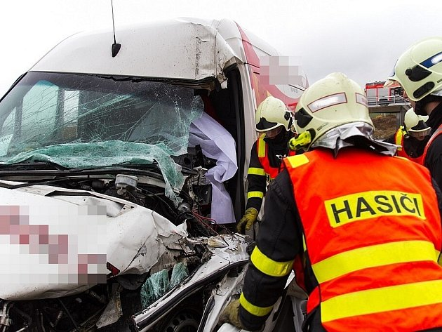 Nehoda na dálnici D1 u Kujav. Řidiče dodávky museli vyprostit hasiči.