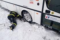 Vyprošťování autobusu v Bílovci.
