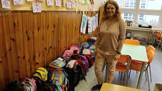 Dita Hrbáčková s desítkami batůžků, které dostanou děti v africkém Malawi.