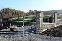 Po devíti letech handrkování mají v Hostašovicích konečně hřbitov. Od neděle 1. listopadu tam mohou pochovávat.
