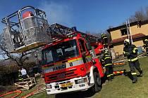 Za požárem objektů v Lichnově může neopatrné pálení klestí. Foto: HZS MSK