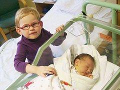 KAROLINA LACINOVÁ a sestra Barbora, Kopřivnice, nar. 18. 2. 2013, 52 cm, 3,96 kg. Nemocnice Frýdek-Místek.