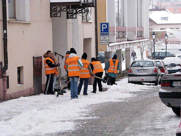 Veřejná služba Nového Jičína se taktéž podílí na úklidu chodníků.