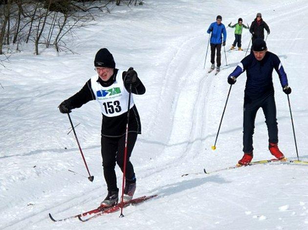 BĚŽECKÝ areál Bílá v Beskydech odtajnil vítěze jednotlivých kategorií v běhu na lyžích. Celkový vítěz Poháru Beskydské magistrály bude znám v září, kdy je na programu druhý díl, tentokrát na horských kolech.