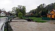 Hladina Jičínky na Novojičínsku se zvedla do úrovně II. pohotovostního stupně už v 8 hodin ráno a byla na něm až do poledne. V Žilně, místní části Nového Jičína, městská policie zvedla a uzavřela most, v Mořkově hasiči zasahovali u výtoku z kanálu.