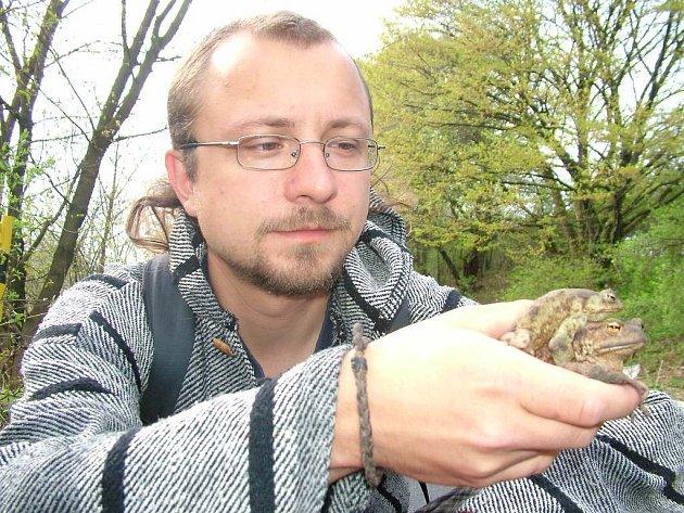 Dalibor Kvita při přenášení žab přes silnice při tazích.