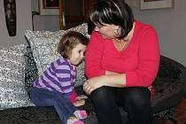NIKOLKA BARTLOVÁ se při focení nejprve trošku styděla, tak hledala úkryt u maminky.