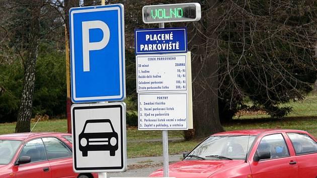 Pacienti a návštěvníci již nemají problém zaparkovat u novojičínské nemocnice.