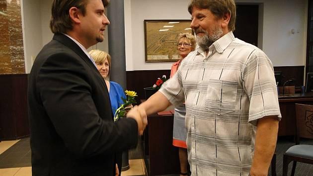 Starosta Jaroslav Dvořák (vlevo) děkuje dárci rekordmanovi Jaroslavu Kubešovi.