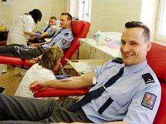 Pro většinu policistů je darování krve pravidelnou událostí.
