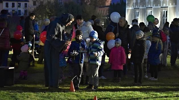 Desítky malých i velkých obyvatel Příbora navštívilo ve čtvrtek 31. října piaristické zahrady. Letos naposledy, neboť ten den se uzavíraly.