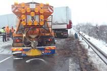 Snímky z nehody, která zablokovala v úterý před osmou hodinou ranní všechny čtyři pruhy silnice I/48 u Příbora.