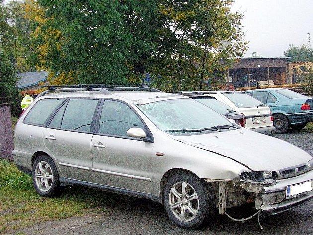 Po pondělní tragédii cyklisty v Rybí došlo na Novojičínsku k dalším dvěma srážkám cyklistů s autem v úterý ráno. Cyklista, který narazil do fiatu (na snímku) utrpěl těžké zranění.