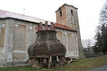 Práce na bílovském kostele již probíhají. Byla sundána dřevěná kostelní báň, která by přes zimní měsíce měla být opravena. Rekonstrukce se poté přesunou na vnější zdi kostela.