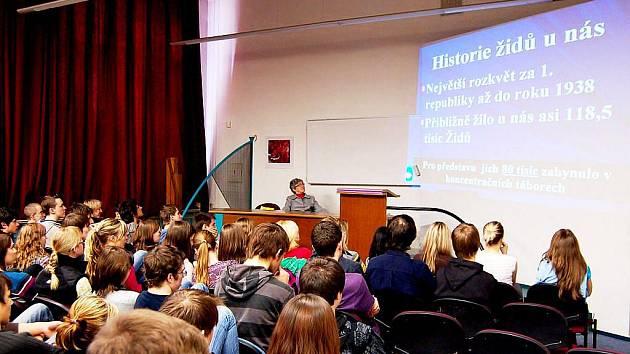 Besedy o holocaustu se zůčastnili srtudenti třetích ročníků bíloveckého gymnázia.