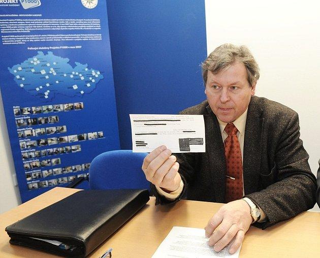 Severomoravský kriminalista Jiří Jícha ukazuje kopii padělané směnky.