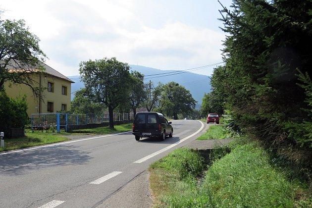 Na chodník v délce zhruba dvou kilometrů kolem silnice vedoucí z Frenštátu pod Radhoštěm do Rožnova pod Radhoštěm čekají místní obyvatelé již tři desítky let.