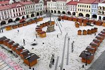 Masarykovo náměstí v Novém Jičíně začínají plnit dřevěné budky, které již brzy obsadí různí prodejci.