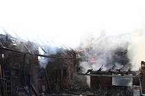 Šest jednotek hasičů zasahovalo v pondělí 17. června u požáru hospodářské budovy, střechy rodinného domu a garáže v Mankovicích.