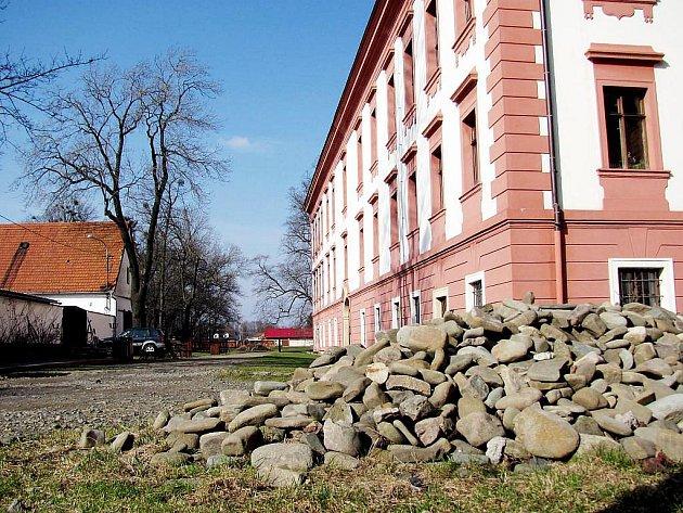 Vyplavené kameny z příjezdové cesty by měly být ještě letos na svém místě.